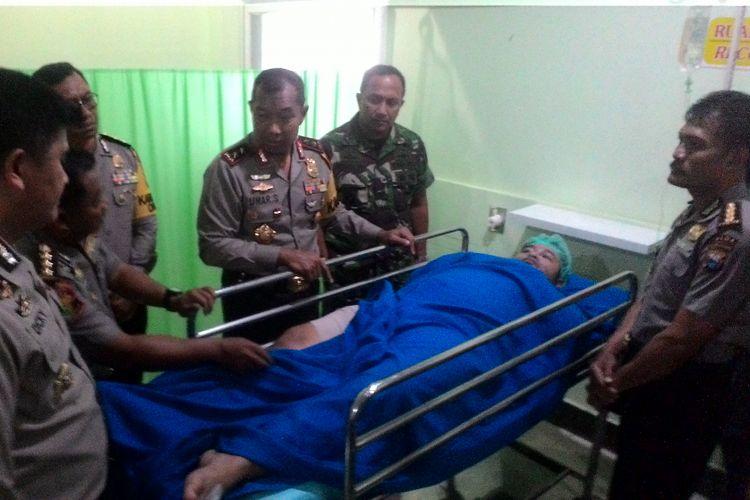 Kepala Polda Sulsel, Irjen Polisi Umar Septono bersama jajarannya membesuk Brigadir Yudirsan di RS Bhayangkara yang menjadi korban bom di markas Polsekta Bontoala, Senin (1/1/2018).