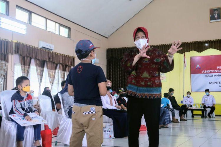 Mensos Risma saat membuka sesi khusus untuk bertemu, menyapa kerja, dan memotivasi anak-anak terdampak Covid-19 di BRSPDM Budi Luhur Banjarbaru Kalimantan Selatan (Kalsel).