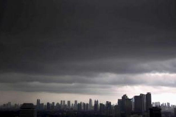 Awan mendung menggantung di wilayah Jakarta Utara dan sekitarnya, tampak dari ketinggian, Jakarta, Kamis (13/6/2013). Badan Meteorologi dan Geofisika memprediksi dalam sepekan ke depan Jakarta dan sekitarnya berpotensi hujan pada sore hari.