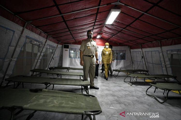 Gubernur DKI Jakarta Anies Baswedan melakukan peninjauan tenda darurat di RSUD Tarakan, Jakarta Pusat, Senin (28/06/2021).