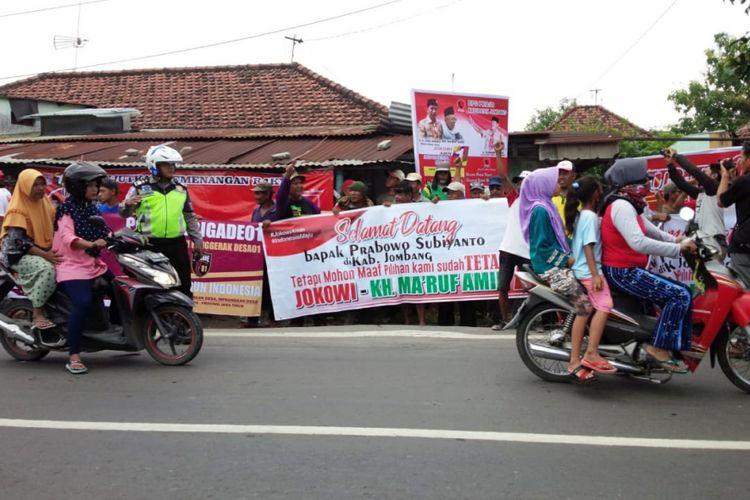 Para pendukung Jokowi - Maruf Amin menyambut kedatangan Prabowo Subiyanto yang melakukan kunjungan ke Pesantren Siddiqiyah Ploso Kabupaten Jombang, Minggu (24/2/2019).