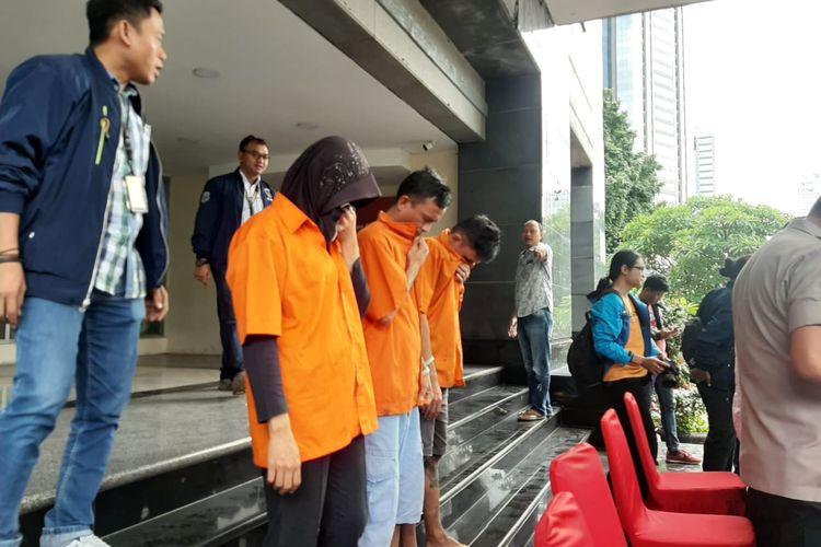 Polisi menangkap sindikat pencuri lintas negara Indonesia, Malaysia, dan Singapura dengan modus menggeser tas korban dan membawa lari. Foto diambil saat konferensi pers di Polda Metro Jaya, Jakarta Selatan, Selasa (18/2/2020).