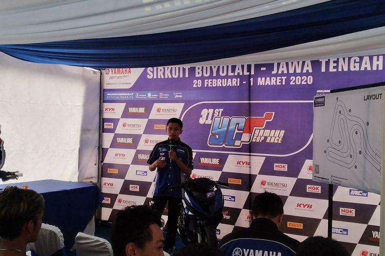 Pembalap Yamaha Racing Indonesia, Wahyu Nugroho saat memberikan coaching clinic kepada peserta