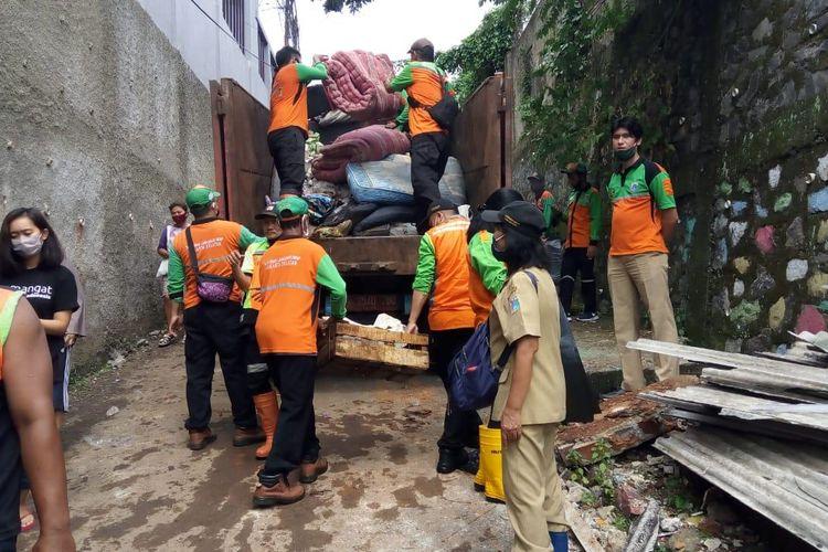 Jumlah sampah dampak longsor dan banjir di Ciganjur, Jagakarsa, Jakarta sebanyak 23 truk atau sekitar 230 meter kubik. Sampah-sampah tersebut diangkut dari wilayah terdampak banjir di Jalan Damai 2 RT 02/RW 04 sejak Minggu (11/10/2020) hingga Kamis (15/10/2020) siang.
