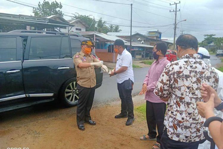 Gubernur Bengkulu, Rohidin Mersyah mengantarkan makanan dan Sembako ke rumah pasien positif covid-19