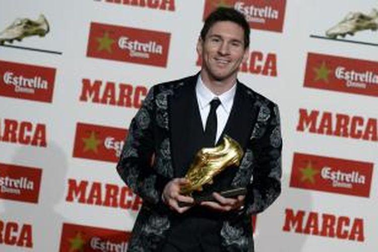 Penyerang Barcelona Lionel Messi menerima Sepatu Emas dari ESM (European Sports Media), di Old Factory Damm, Barcelona, Rabu (20/11/2013).