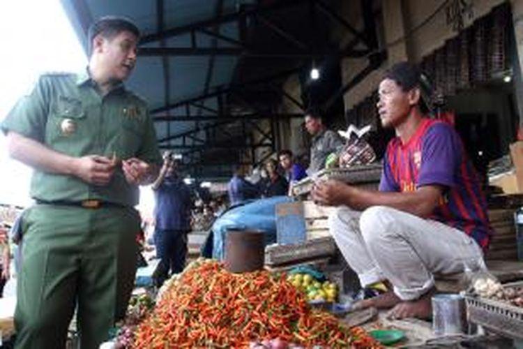 Wakil Walikota Manado, Harley Mangindaan turun langsung ke pasar untuk memantau stock dan harga kebutuhan pokok menjelang Ramadhan.