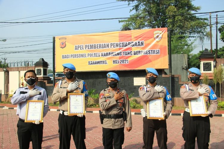 Kapolres Karawang AKBP Rama Samtama Putra kemudian memberikan penghargaan kepada Divisi Profesi dan Pengamanan (Propam) Polres Karawang atas jasanya menggalkan penyelundupan narkoba jenis sabu ke Rutan Polres Karawang, Senin (3/5/2021).