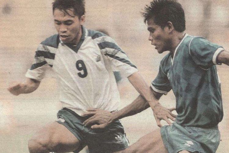 Bomber Persib Bandung, Sutiono Lamso, beraksi pada ajang kompetisi Perserikatan 1993-1994.
