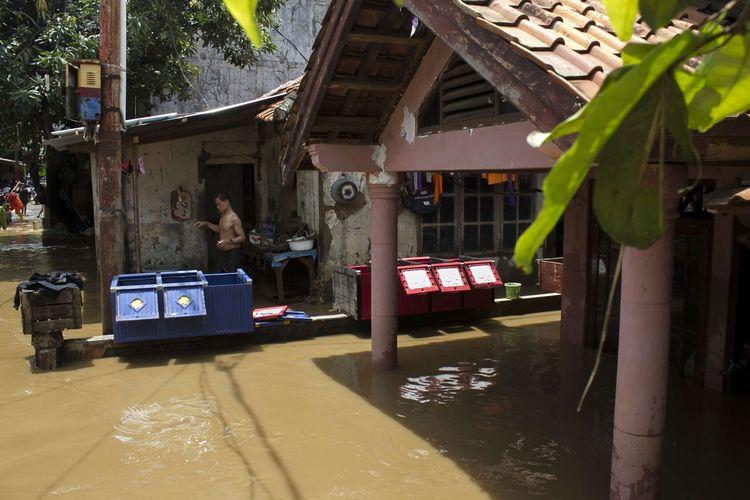 Sejumlah warga menyelamatkan barang berharga di rumahnya yang terendam banjir, Pejaten Timur, Pasar Minggu, Jakarta Selatan, Sabtu (8/2/2020). Luapan air kali ciliwung tersebut merendam pemukiman padat penduduk hingga ketinggian 2 meter.