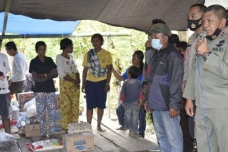 Kapolda Sulawesi Tengah Irjen Pol Abdul Rakhman Baso mengunjungi dan memberikan bantuan kepada warga korban serangan yang diduga dilakukan oleh kelompok teroris Mujahidin Indonesia Timur (MIT) di Desa Lemban Tongoa, Kecamatan Palolo, Kabupaten Sigi, Sulawesi Tengah, Sabtu (28/11/2020).