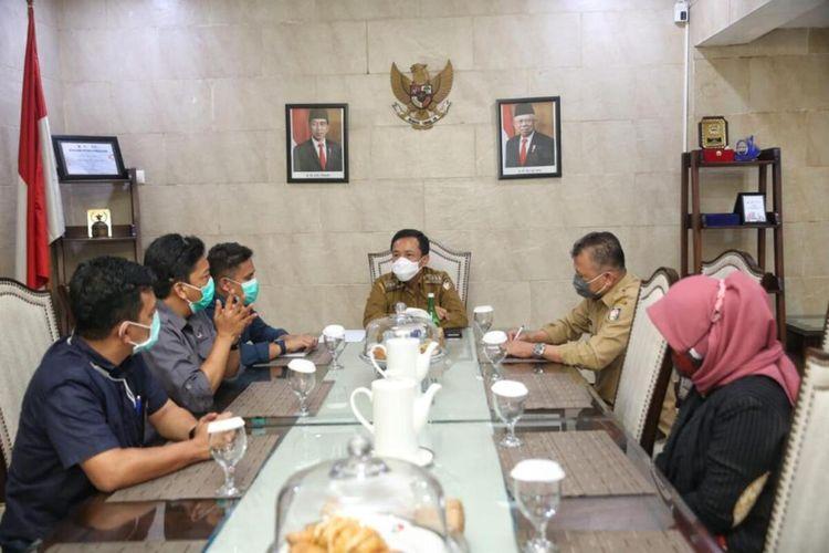 Pejabat (Pj) Wali Kota Makassar, Rudy Djamaluddin saat bertemu sejumlah komisioner KPU Makassar di rumah jabatannya, Selasa (20/10/2020).