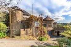 Rumah Unik Berbentuk Kastel dengan Jembatan Gantung Dijual Rp 3,75 Miliar