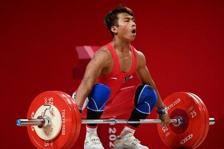 Lifter Indonesia, Deni, ketika turun di kelas 67 kg cabor angkat besi Olimpiade Tokyo 2020, Minggu (25/7/2021) malam WIB.