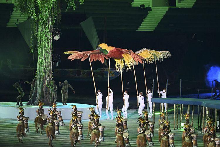 Penari menghibur penonton saat Upacara Pembukaan PON Papua di Stadion Lukas Enembe, Kompleks Olahraga Kampung Harapan, Distrik Sentani Timur, Kabupaten Jayapura, Papua, Sabtu (2/10/2021). Resmi dibuka oleh Presiden Jokowi, PON XX Papua 2021 akan berlangsung pada 2-15 Oktober 2021.