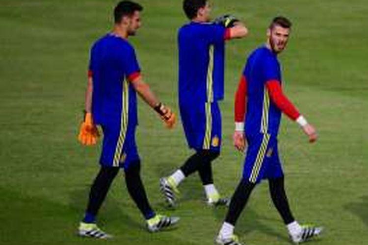 Tiga penjaga gawang Spanyol yaitu Sergio Rico (kiri), Iker Casillas (tengah), dan David De Gea, menjalani sesi latihan di Saint Martin de Re, 9 Juni 2016.
