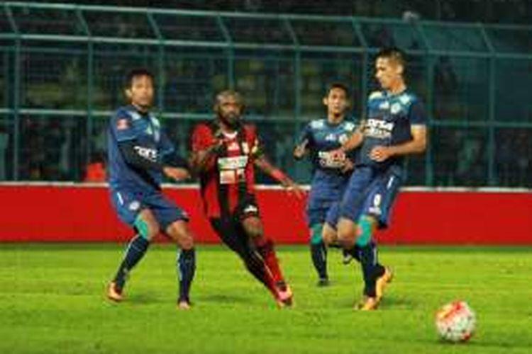 Arema Cronus dan Persipura Jayapura bermain imbang tanpa gol pada lanjutan TSC di Stadion Kanjuruhan, Minggu (26/6/2016).