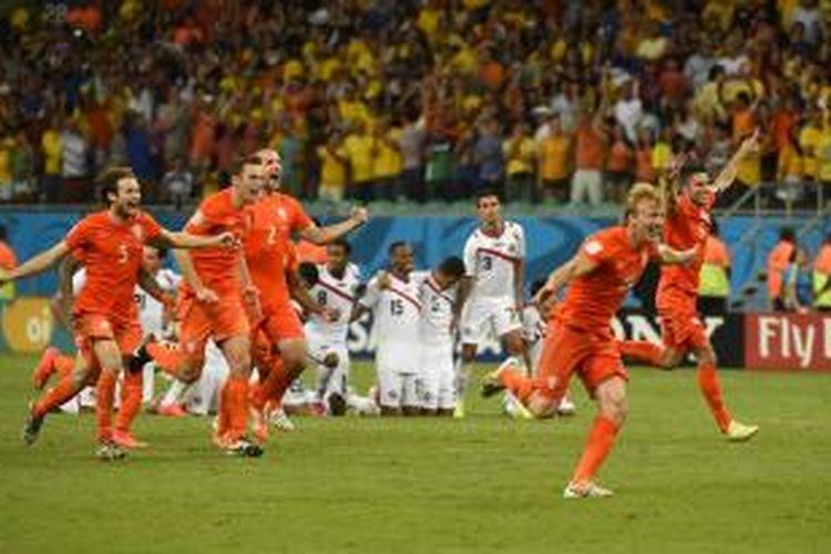 Para pemain tim nasional Belanda saat ingin merayakan kemenangan atas Kosta Rika pada pertandingan perempat final Piala Dunia 2014 di Arena Fonte Nova, Salvador, Sabtu (5/7/2014). Belanda berhasil menang 4-3 lewat babak adu penalti setelah bermain imbang 0-0 hingga babak tambahan.