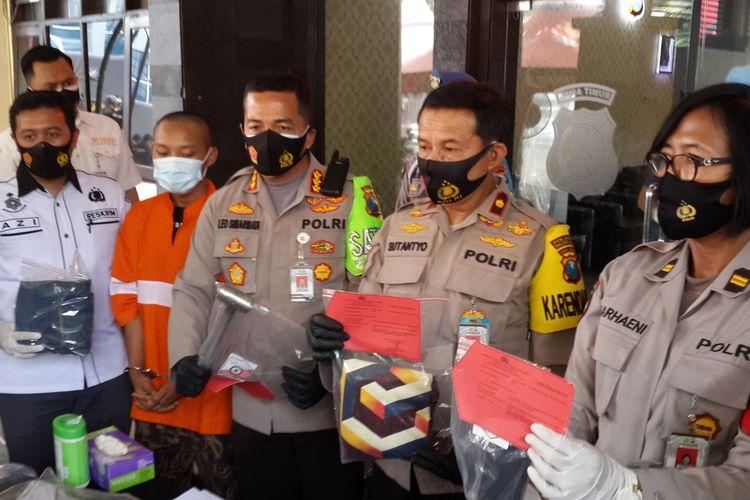 Kapolresta Malang Kota, Kombes Pol Leonardus Simarmata saat merilis pelaku pembunuhan akibat sakit hati karena dihina saat kalah main game online, Rabu (9/9/2020).