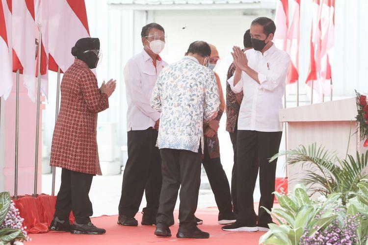 Presiden Jokowi saat meresmikan PSEL di Tempat Pembuangan Akhir (TPA) Benowo, Kota Surabaya bersama Mensos Tri Rismaharini, Menteri ESDM Arifin Tasrif, Gubernur Jatim Khofifah Indar Parawansa, dan Wali Kota Surabaya Eri Cahyadi, serta pejabat terkait, Kamis (6/5/2021).