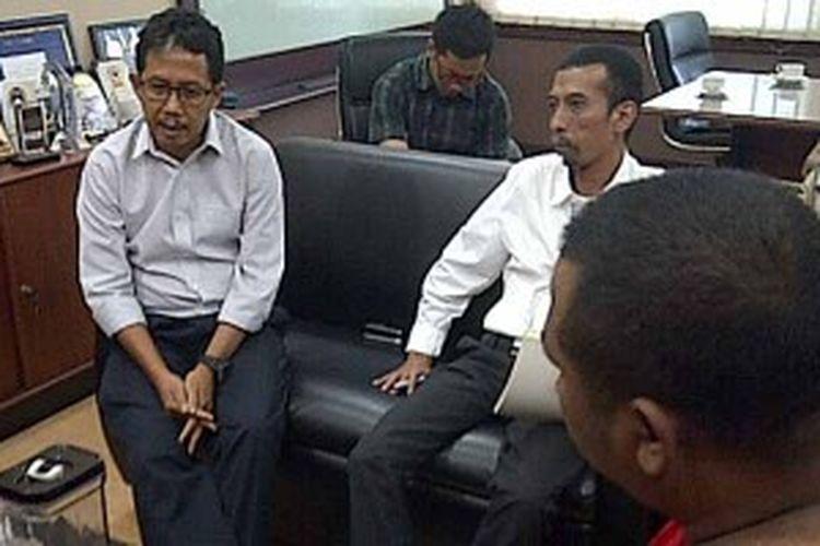 Sekjen PSSI, Djoko Driyono (kiri), menerima perwakilan Deltamania di kantor PSSI di Senayan, Jakarta, Jumat (21/6/2013).