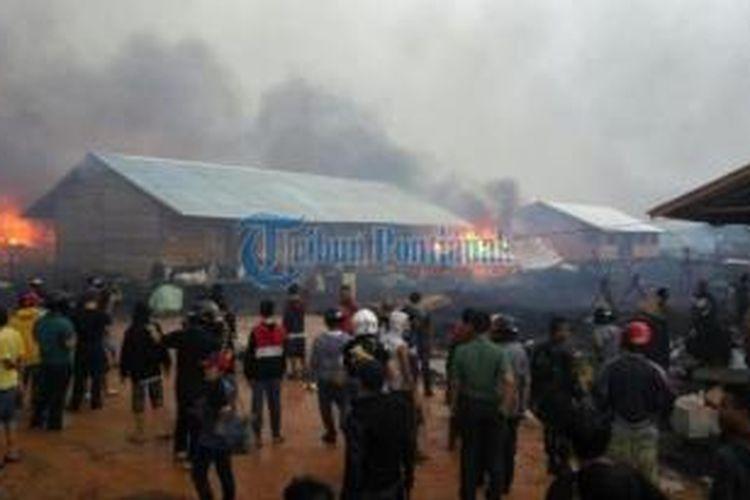 Massa membakar pemukiman warga eks Gafatar di Moton Panjang, Mempawah Timur, Kabupaten Mempawah, Kalimantan Barat, Selasa (19/1/2016).