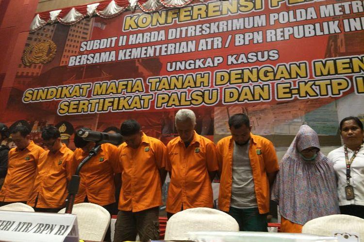 Polisi menangkap tujuh tersangka kasus penipuan jual beli rumah mewah dengan nama notaris palsu di wilayah Jakarta. Konferensi pers digelar di Hotel Mercure, Jakarta Pusat, Rabu (12/2/2020).