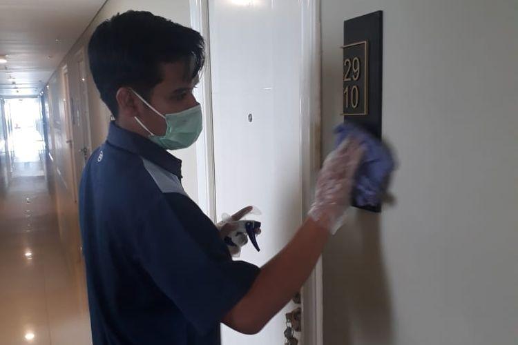Petugas membersihkan apartemen Bintaro Jaya High Rise.