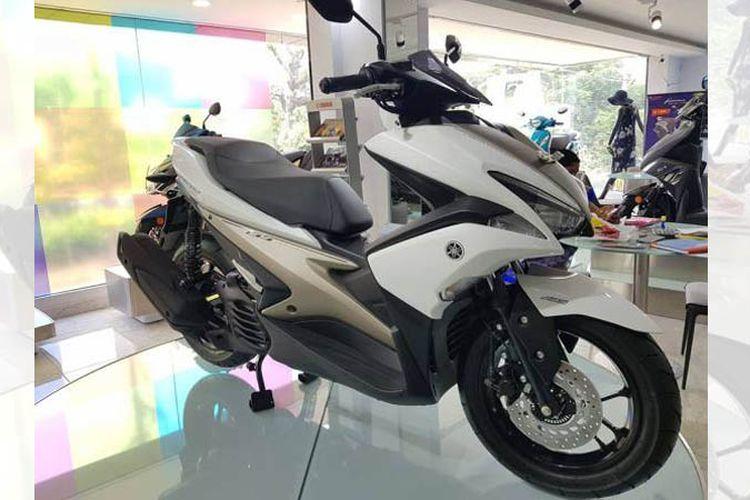 Aerox 155 buatan Indonesia dipajang di diler Yamaha di India.