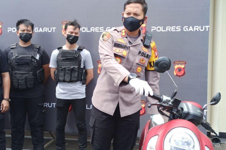 Kapolres Garut AKBP Wirdhanto Hadicaksono menunjukam barang bukti motor yang digunakan IS yang mengaku jadi korban begal, Senin (10/11/2021)