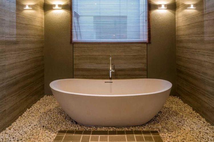 Kamar mandi Dast Residence tampak cantik dan elegan dengan lantai koral putih