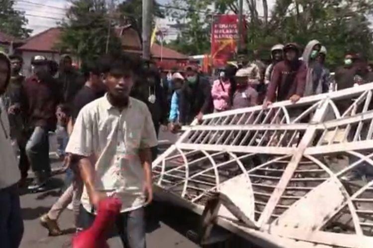Demo mahasiswa tolak PPKM di NTB berujung perusakan pintu gerbang gedung DPRD NTB, mahasiswa emosi karena tak ditemui satupun anggota DPRD NTB, Rabu (28/7/2021)