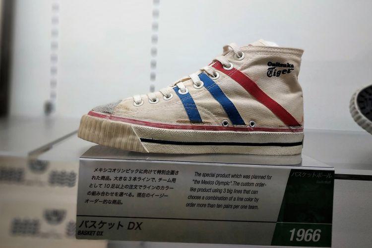 Sepatu basket buatan Onitsuka Tiger yang masih menggunakan lambang tiga garis