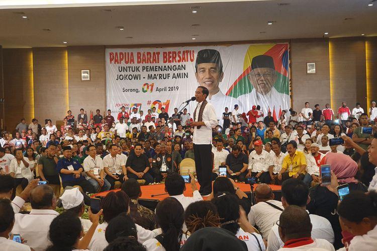 Calon presiden nomor urut 01 Joko Widodo berkampanye di Ahmad Convention Center,  Sorong, Senin (1/3/2019).