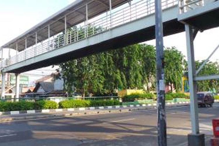 Jembatan penyeberangan orang (JPO) di Jalan Otista Raya, Jatinegara, Jakarta Timur. Tepat di bawah JPO ini kerap dijadikan penyeberanga sembarang oleh warga. Senin (15/12/2014).