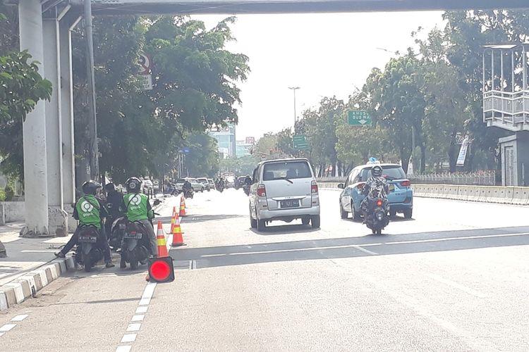 Tampak sepeda motor terparkir di jalur khusus lintasan sepeda di Jalan Pemuda, Jakarta Timur, Jumat (27/9/2019).