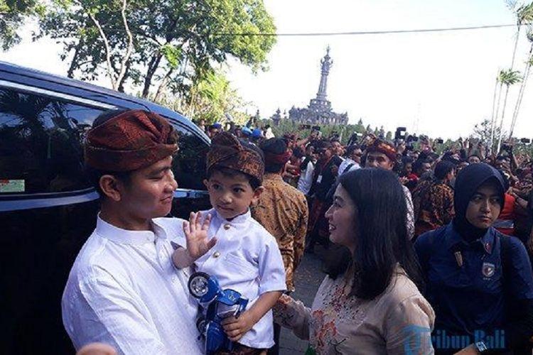 Cucu Jokowi, Jan Ethes Srinarendra, saat menyapa dan melambaikan tangannya kepada semeton Bali pada acara PKB, di Denpasar, Sabtu (15/6/2019).