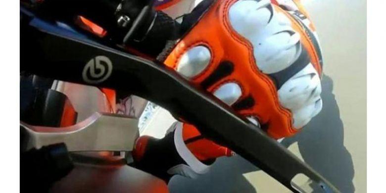 Tuas di bawah pedal kopling itu merupakan rem jempol yang membuat pebalap bisa mengatur rem belakang tanpa menggunakan kaki kanan.
