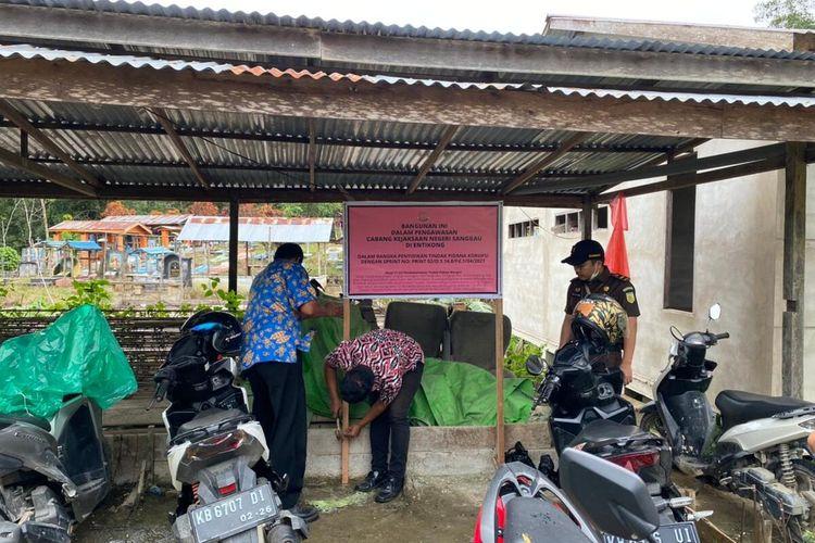 Bangunan pendidikan anak usia dini (PAUD) dan bangunan badan usaha milik desa (Bumdes) di Desa Pengadang, Kecamatan Sekayam, Kabupaten Sanggau, Kalimantan Barat (Kalbar), disegel kejaksaan, Kamis (17/6/2021).