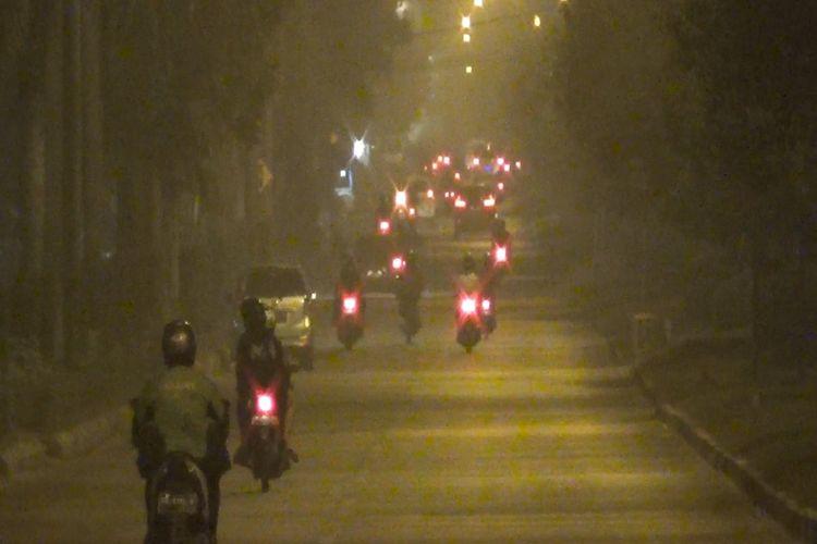 Foto kondisi suasana saat kabut asap selimuti kota Palangkaraya di malam hari, Selasa (10/9/2019).