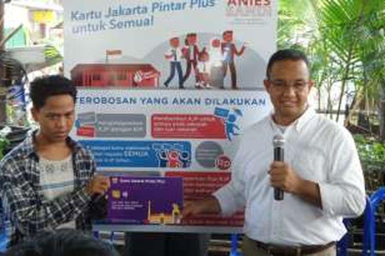 Calon gubernur DKI Jakarta Anies Baswedan memberikan KJP Plus secara simbolis kepada Sendi, salah satu anak putus sekolah, saat kampanye di RW 12 Kelurahan Tanah Tinggi, Kecamatan Johar Baru, Jakarta Pusat, Sabtu (12/11/2016).
