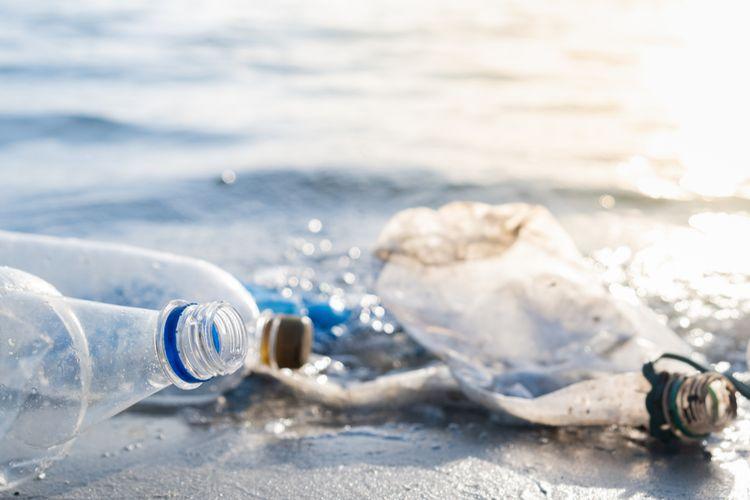 Ilustrasi sampah plastik di laut