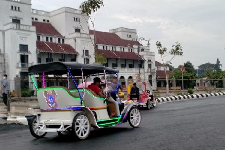 Odong-odong motor beroperasi di Jalan Pancasila kawasan Alun-alun Kota Tegal, Jawa Tengah, Kamis (1/4/2021)