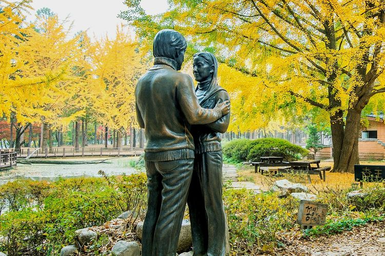 Patung di Nami Island, Korea Selatan, dari adegan dan lokasi pembuatan drama Korea Winter Sonata. Gambar diambil pada 25 Oktober 2015.