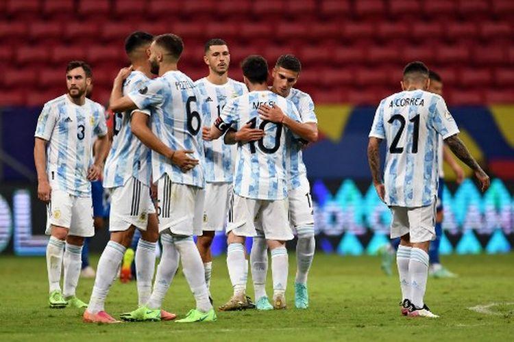 Para pemain timnas Argentina berpelukan seusai mengalahkan Paraguay 1-0 pada laga Grup A Copa America 2021 yang dihelat di Mane Garrincha Stadium, Brasil, pada Selasa (22/6/2021) pagi WIB.