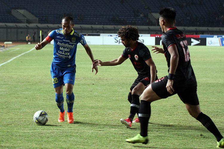 Kapten Persib Bandung, Supardi Nasir, mencoba melewati hadadang dua pemain Kalteng Putra FC, saat kedua tim bertemu, di Stadion Si Jalak Harupat, Kabupaten Bandung, Selasa (16/7/2019). (KOMPAS.com/SEPTIAN NUGRAHA)