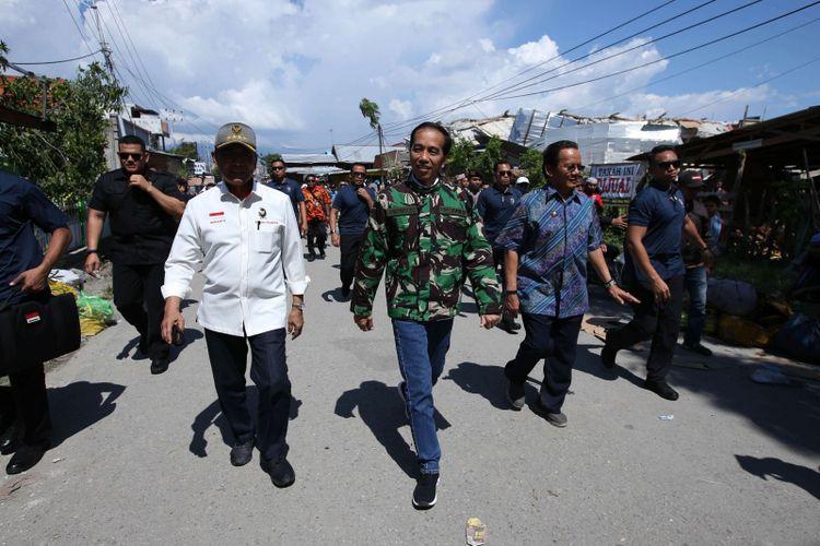 Presiden Joko Widodo mengunjungi Perumnas Balaroa, Kota Palu, Sulawesi Tengah,  Minggu (30/9/2018). Gempa bermagnitudo 7,4 yang mengguncang Donggala dan Palu mengakibatkan ribuan bangunan rusak dan sedikitnya 420 orang meninggal dunia.