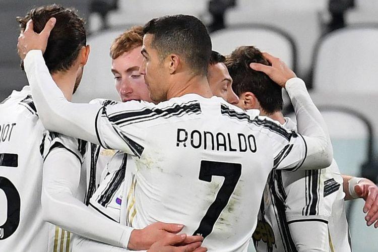 Cristiano Ronaldo merayakan gol yang dicetak oleh Federico Chiesa dalam pertandingan Juventus vs Spezia pada pekan ke-25 Liga Italia Serie A 2020-2021 yang dilangsungkan di Stadion Allianz, Selasa (2/3/2021) malam waktu setempat.