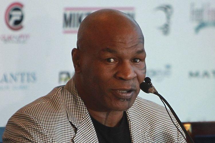 Mantan juara dunia tinju kelas berat, Mike Tyson, menghadiri sesi konferensi pers di Dubai, Uni Emirat Arab, 4 Mei 2017.