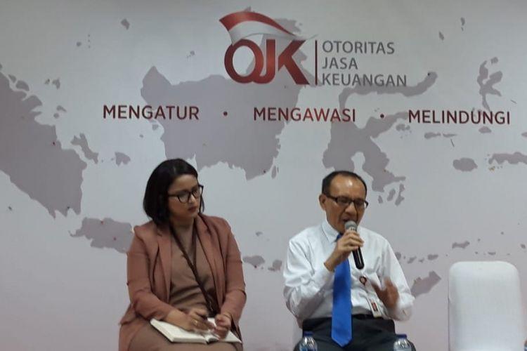 Ketua Satgas Waspada Investasi Tongam L Tobing (kanan) bersama Juru Bicara OJK Sekar Putih Djarot (kiri) di Jakarta.